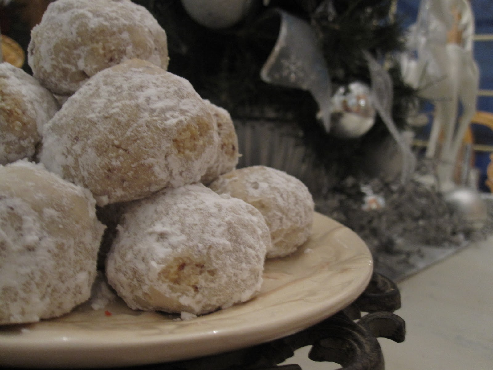 A dusting of sugar simple and traditional mexican for Traditional mexican wedding cookies