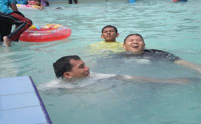 pjperkasa acara bebas di kolam renang sweet beach resort and holiday