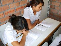 Ellas estaban leyendo cuando ingresé al aula .