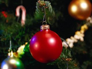 Crveni balon na Božićnom drvcu download besplatne pozadine slike za mobitele