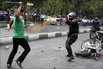 http://2.bp.blogspot.com/_9E75GWFDMec/SjXWwi-wPnI/AAAAAAAAAmc/Jlt2fAVGcgQ/s400/IranProtestor.jpg
