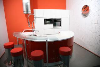 pequeña-cocina-roja-circular-madrid-linea-3-cocinas