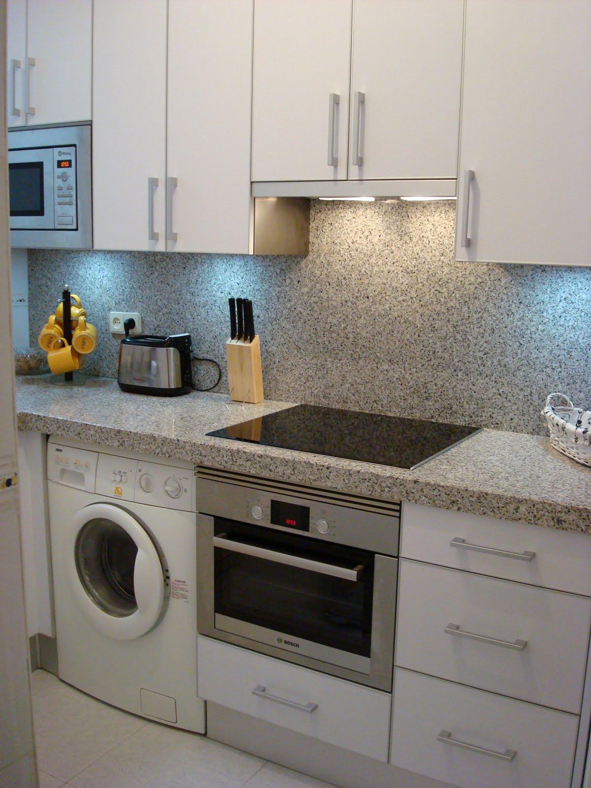 Dise o y decoraci n de cocinas una cocina blanca bien - Cocinas blancas con granito ...