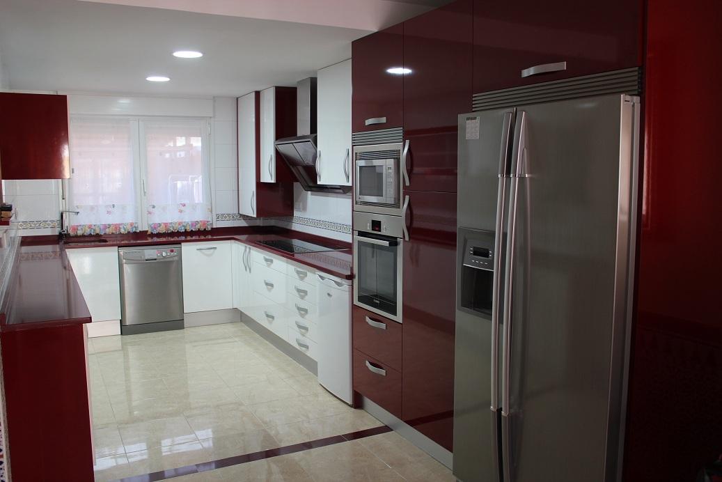Dise o y decoraci n de cocinas una cocina de revista en - Cocinas color burdeos ...