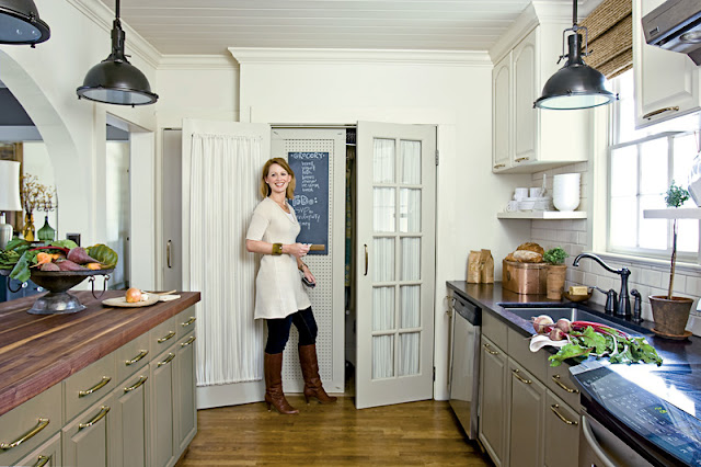 Anne Turner's kitchen in Farrow and Ball Mouse's Back, Stony Ground