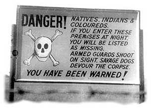 Nativos, Indios y mestizos: si entran en estos edificios por la noche serán declarados extraviados. Guardias armados disparan a la vista. Perros feroces devorarán el cadáver. Han sido avisados.