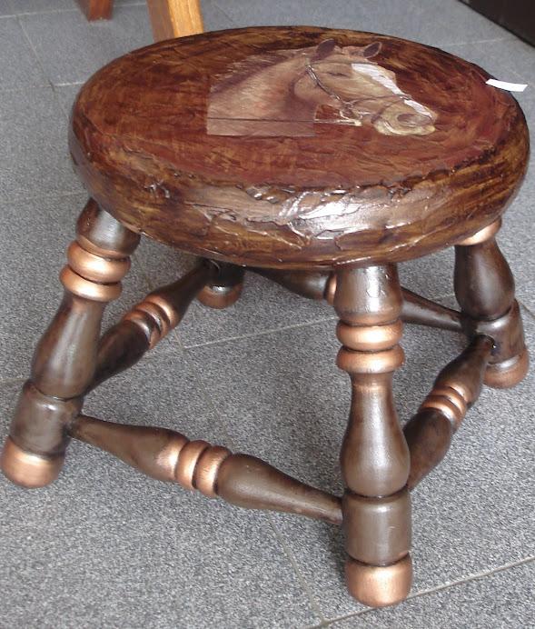 Banco em madeira com textura e decoupage