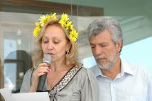 Arlete e nivaldo participando de uma cerimônia, fazendo uma leitura de uma das mensagens de Livia.