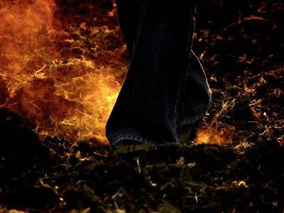 Rahasia Mengapa Orang Bisa Berjalan Di Atas Api!