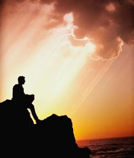 Foto homem sozinho sob o crespúsculo