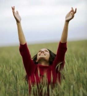 Foto Mulher com as mãos levantadas