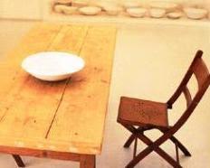 Mesa com prato e cadeira vazios