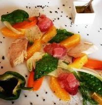 Alalunga cruda e cotta con ortaggi  di stagione e arancia novellino