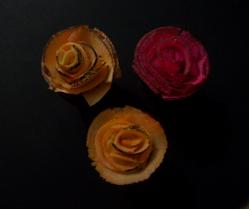 Flores com fatias de coco.