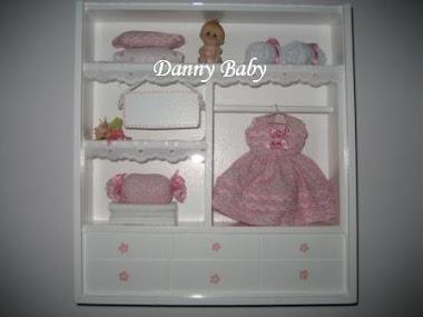 maternidade com miniatura de roupa