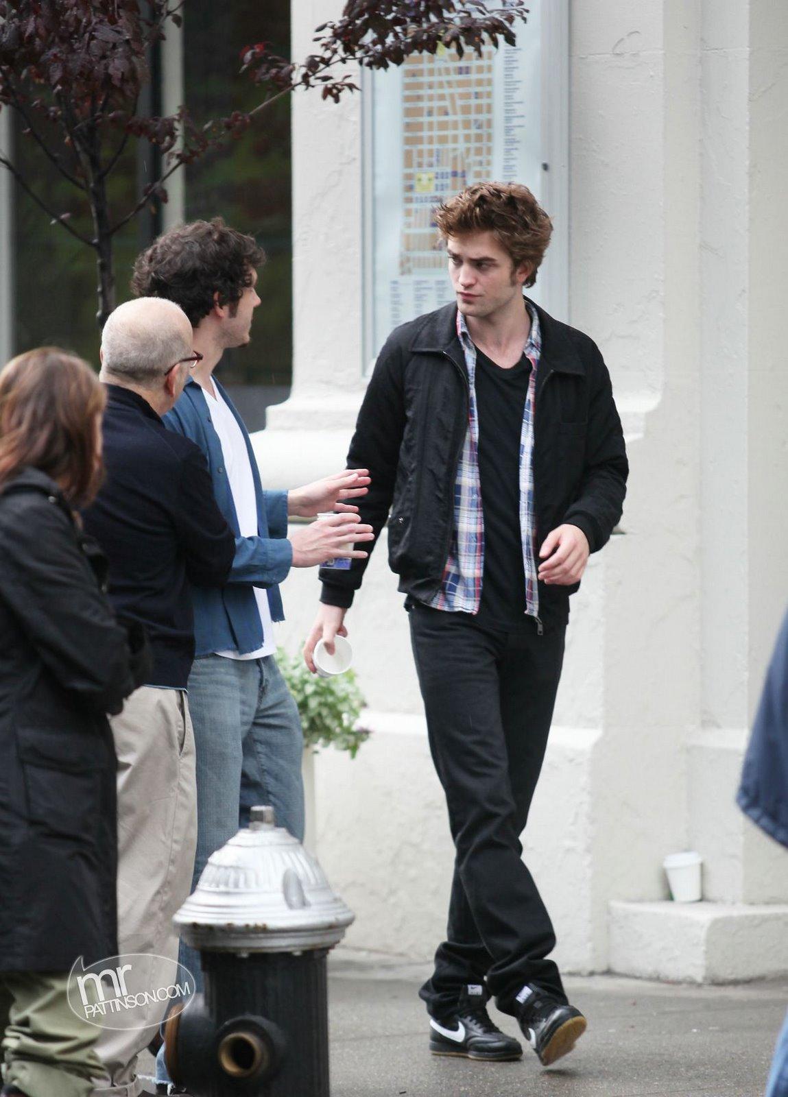 http://2.bp.blogspot.com/_9mvkemNN7Xg/S-g7nG_bQGI/AAAAAAAAGUY/yH9YM_JKU64/s1600/Robert_Pattinson_05152009_NYC22.jpg