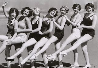 A Chorus line von Badenixen der 30er Jahre am Strand