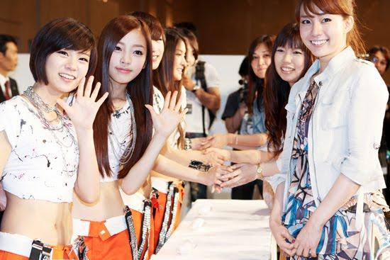 Kara members posed for the camerica during their handshakes with 4000 ...