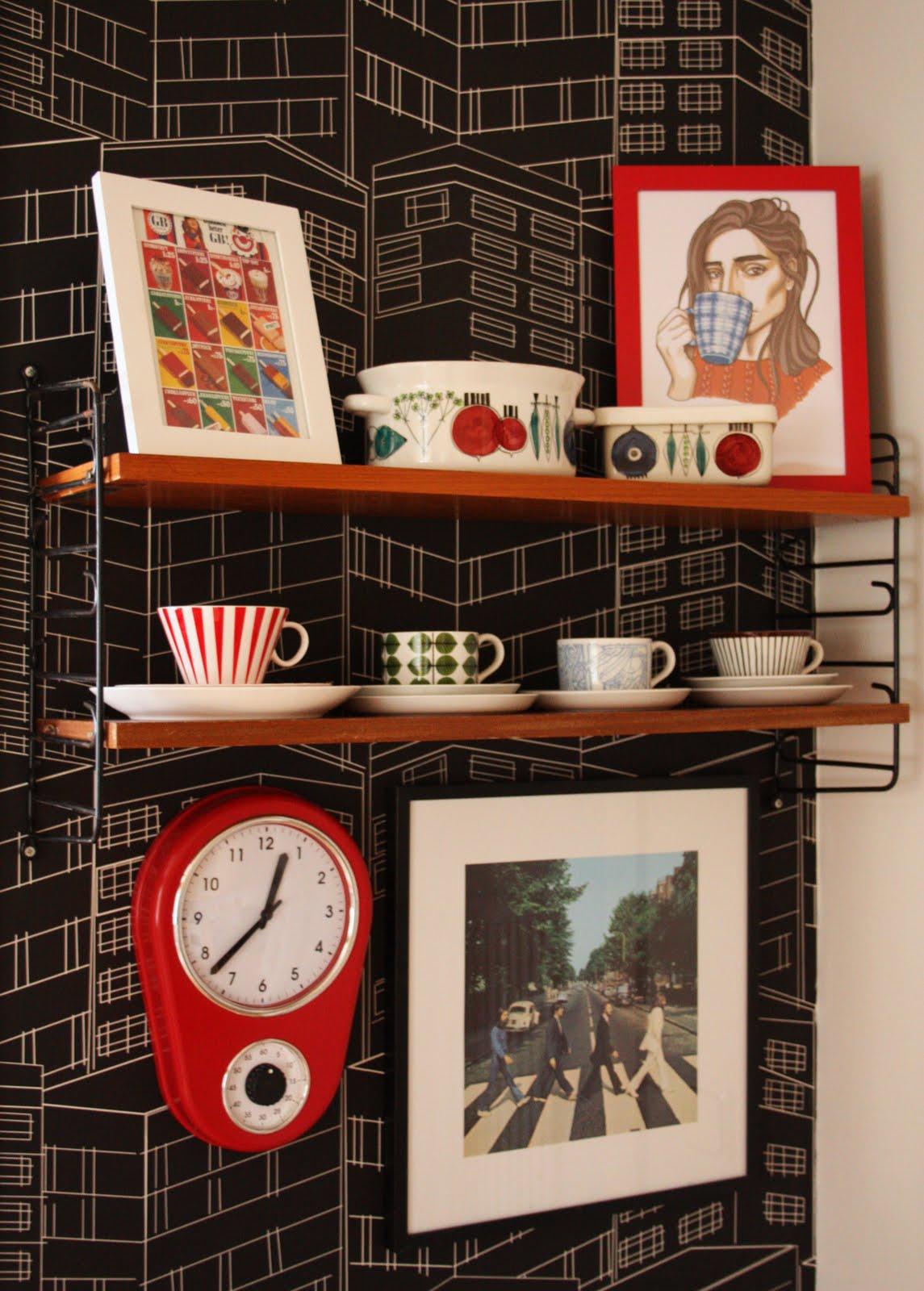 Vitrinskap Koket :  sovrum jag har utoekat stringhyllan i sovrummet med ett vitrinskap det