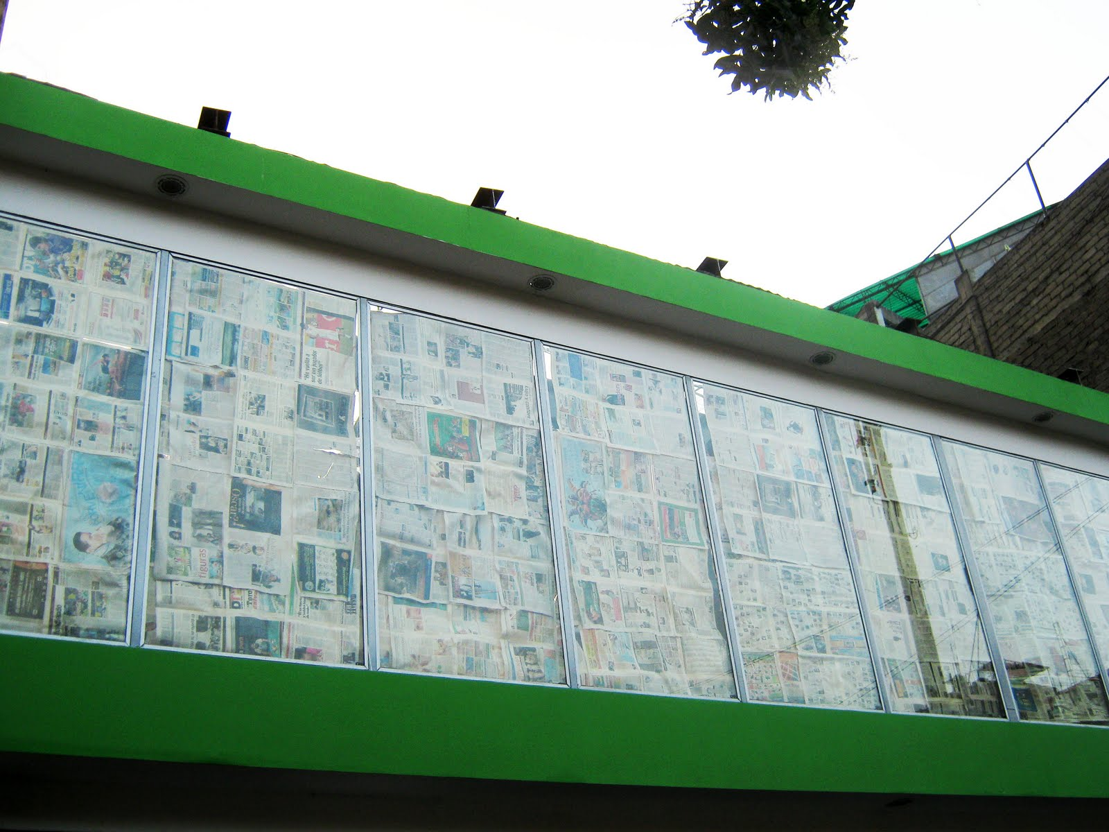 Los improvisados cortinas de diario - Cortinas improvisadas ...