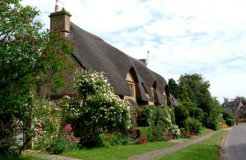 villaggi di pietra con i tipici cottage dai tetti di paglia cavalli e ...