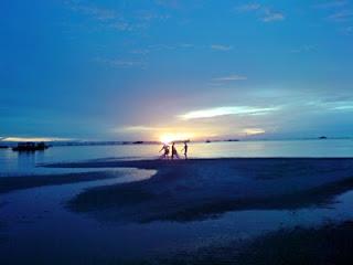 Pemandangan biru langit, biru laut. dan kehidupan nelayan kecil di tepian pantai Permis Bangka