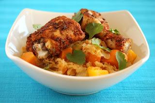 cajun-káposzta csirkecombbal, édesburgonyával, angolzellerrel, korianderrel és mangóval