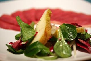 körte saláta galambbegysaláta, radicchio és salotta, mogyoróhagyma