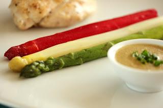piros fehér zöld nemzeti színű spárga csirkemell diómártás