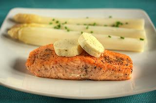 hal sült lazac steak lazacsteak lime-vaj zöldcitrom vaj főtt spárga fehér spárga