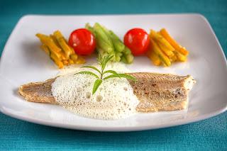 vajban sült pisztráng hal sárga cukkíni angolzeller koktélparadicsom rozmaring kakukkfű citromverbéna habmártás