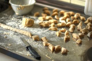 feketegyökér-gnocchi gnocchi készítés tészta kés liszt hdr