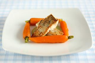 ropogós bőr sült fogas hal zöldborsó mártás borsómártás borsó mártás vaj párolt sárgarépa párolt répa