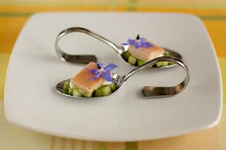 amuse geuele amuse bouches degusztáció füstölt pisztráng uborka kígyóuborka salátauborka görög joghurt borágó virág borágóvirág kapor