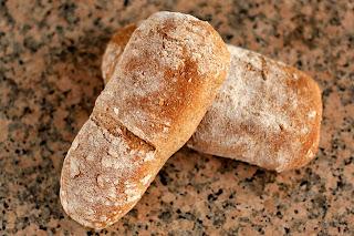 házi kenyér gránit gránitlap teljes kiőrlésű liszt őrölt mandula őszibarack rozmaring