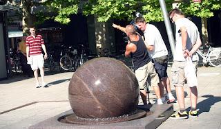 erlangen hugenottenplatz golyó gömb forgatás robi