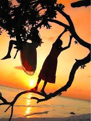 """""""La felicidad es interior, no exterior; por lo tanto no depende  de lo que tenemos"""