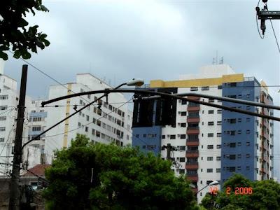Suporte duplo para rede aérea de trólebus na avenida Epitácio Pessoa - foto de Emilio Pechini em 2006