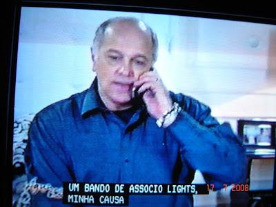 Imagem fotografada de cena da novela Água na Boca, da Rede Bandeirantes, onde aparece o ator Jaime Periardi, capítulo exibido em 17/07/2008 - detalhe das closed captions - onde seria 'socialite' ficou transcrito como 'associo lights