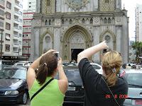 Turistas tiram fotos da igreja do Embaré