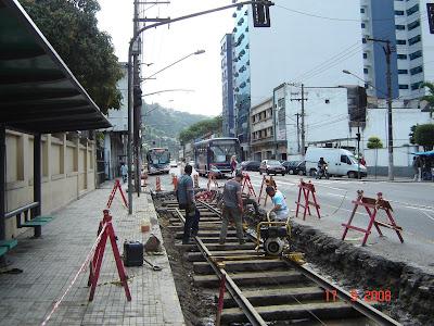 Instalação de trilhos na avenida São Francisco em Santos - SP - Foto de Emilio Pechini em 17/09/2008