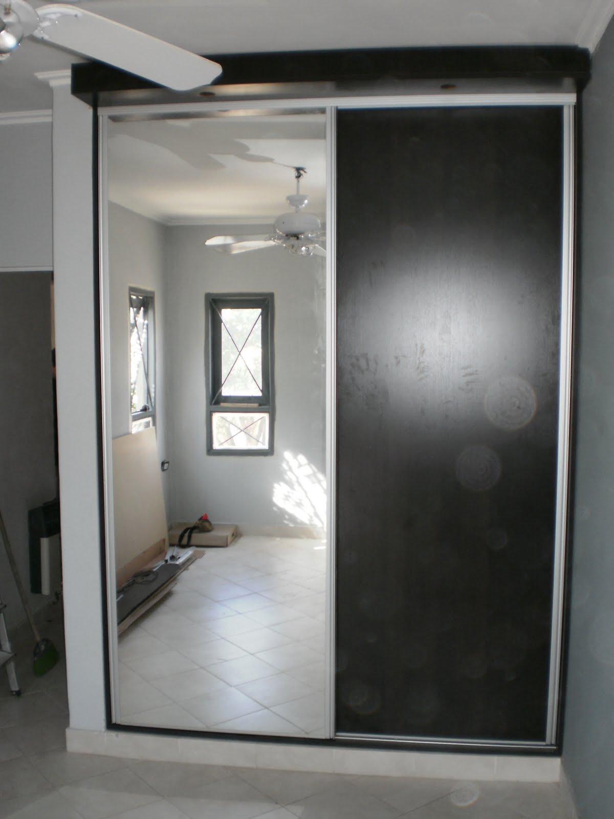 D f r muebles placard con puertas corredisas una con espejo for Puertas con espejo