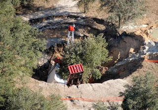 gambar foto lubang besar jerman fenomena alam sinkhole