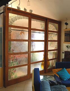 una parete divisoria in vetrofusione artistica su struttura in legno ...