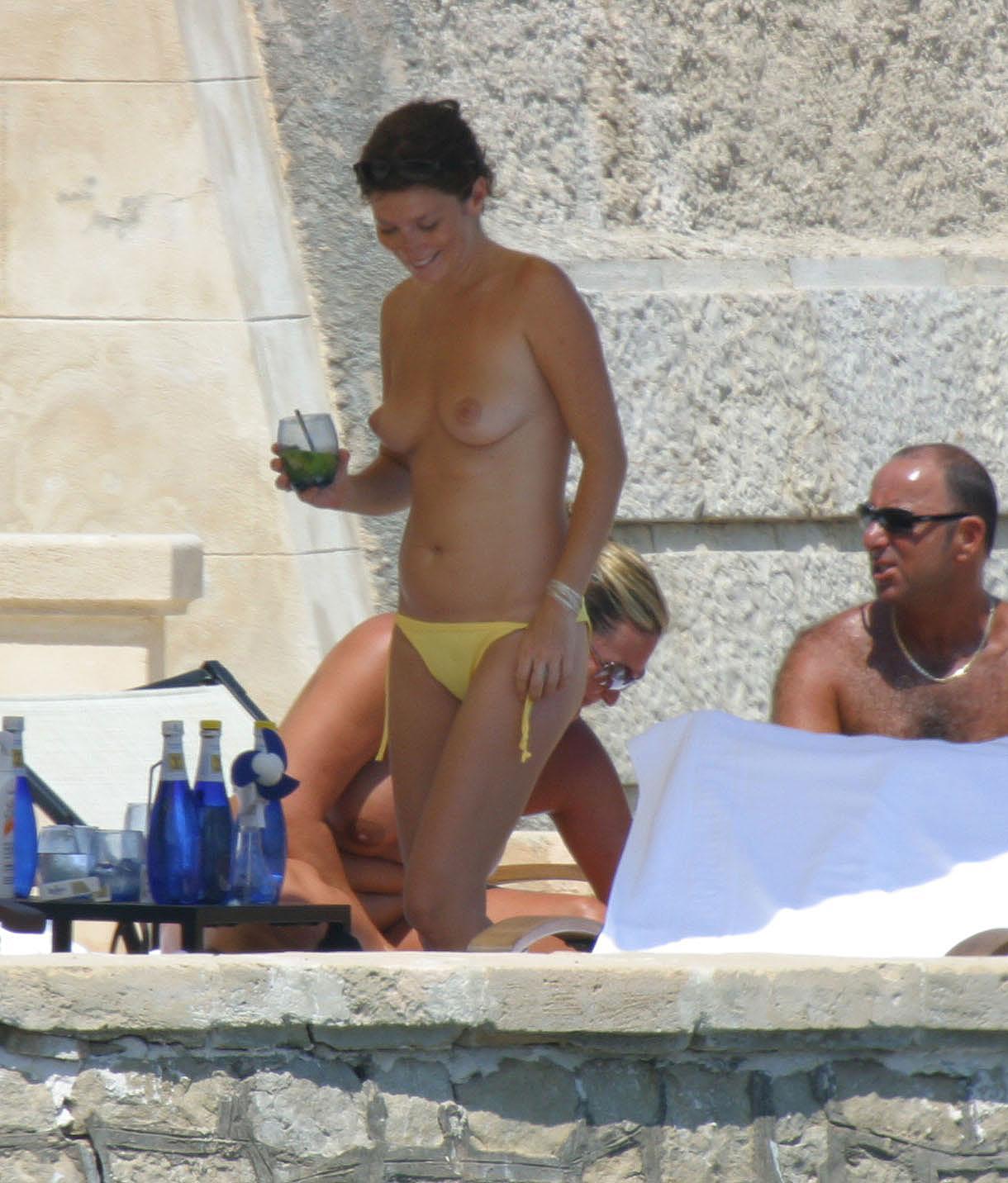 Anna Faris desnuda frente a Emma Stone en Una
