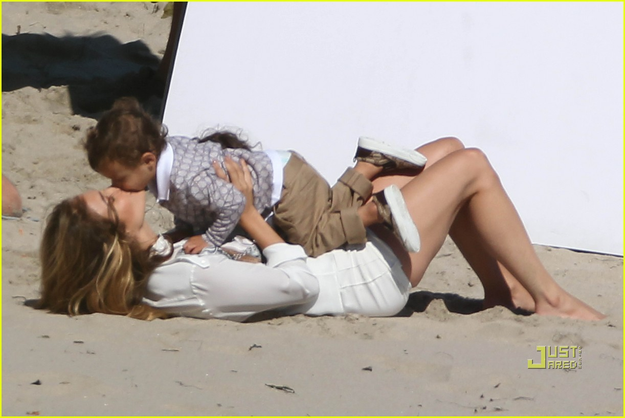 http://2.bp.blogspot.com/_AJWbjEZ26RM/TD86DTD_fOI/AAAAAAAAR1g/IaJzzULWXak/s1600/jennifer-lopez-marc-anthony-family-photo-shoot-17.jpg