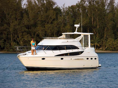 The 408 Motoryacht proves that a midsize yacht can offer all the comforts of ...