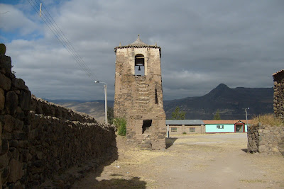 Torre edificada sobre los cimientos de una estructura Inka,