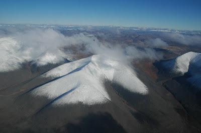 верхушки-сопок-в-снегу