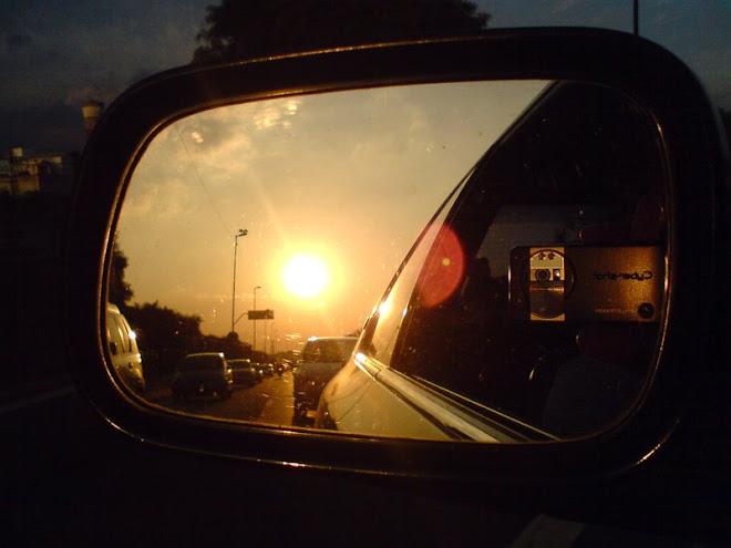 Pôr do Sol através do espelho retrovisor, na Marginal Tietê